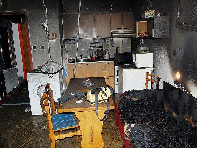 Požár v bytě zřejmě způsobila elektrická dečka. Hasiči kvůli tomu evakuovali deset lidí.