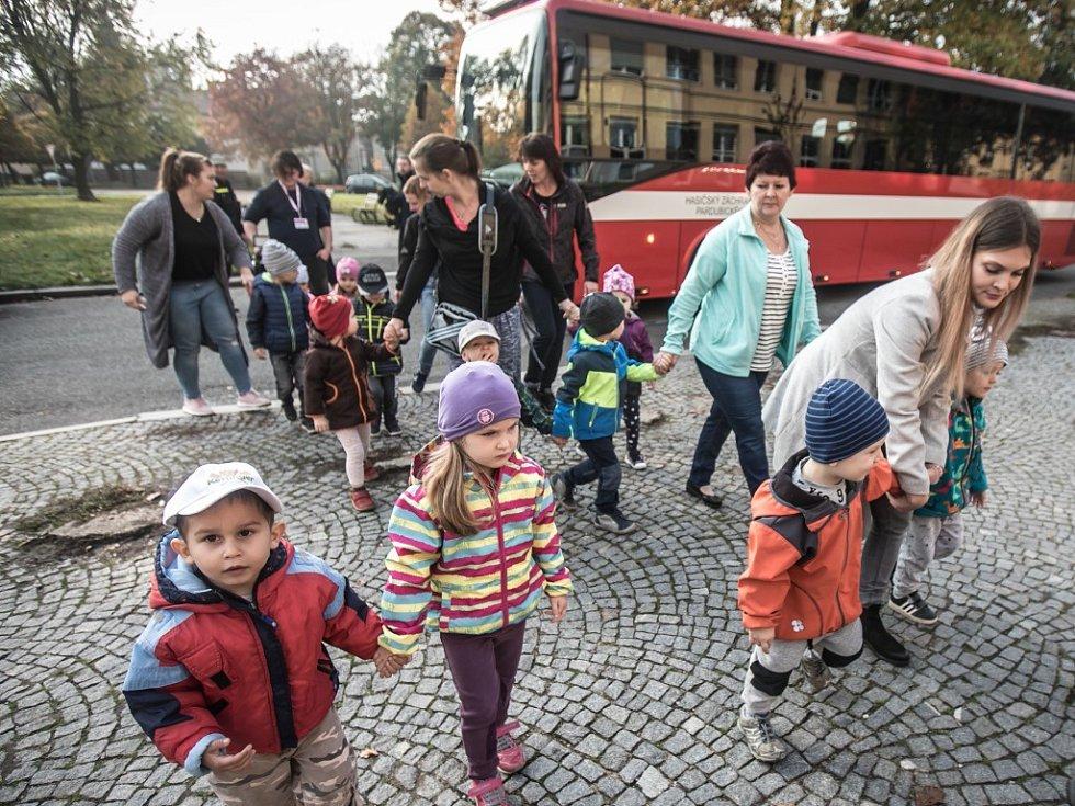Cvičení Agens 2017 v Pardubicích. Město zkouší evakuaci velkého počtu osob v případě teroristického útoku otravnou látkou. V první evakuační zóně to znamená do bezpečí dostat děti z MŠ Pastelka.