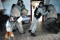 """Nácvik obtížné situace. Proti """"výtržníkům v restauraci"""" kteří se ohánějí lahvemi a kusy nábytku nasazují strážníci nejen psa, ale i ochranný štít"""