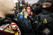 Derby fanoušků v Pardubicích sice stále musí hlídat policisté, ale tentokrát se obešlo bez strkanic.