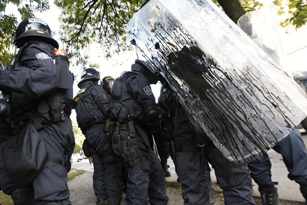 Pardubičtí těžkooděnci v Ostravě. Z protiúderového štítu toho policistům po bombardování kameny moc nezbylo.