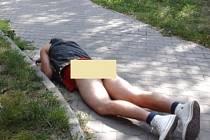 Opilý muž ležel na zemi bez kalhot