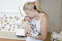 ADRIEN ANTHONY ELLIOTT se narodil 29. července v 7 hodin a 29 minut. Měřil 49 centimetrů a vážil 3320 gramů. Maminku Janu podpořil u porodu tatínek Andrew. Bydlí v Pardubicích a doma na ně čeká šestiletá Alexia Anna.
