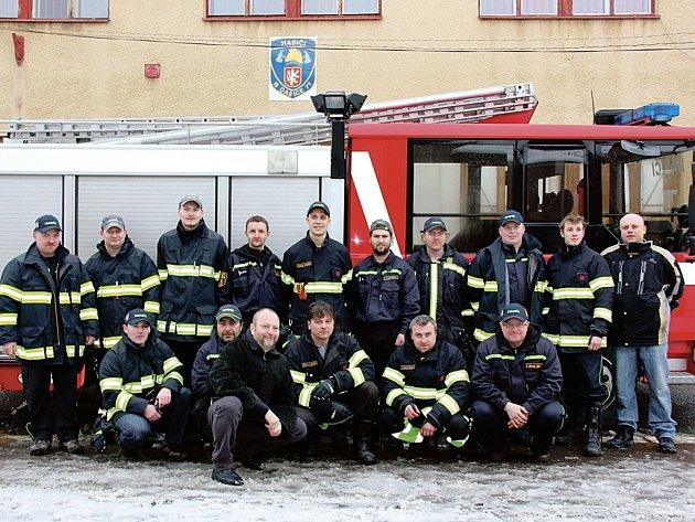 Dobrovolní hasiči z Dašic mají nový zásahový vůz. Dennis Rapier CAS 27.