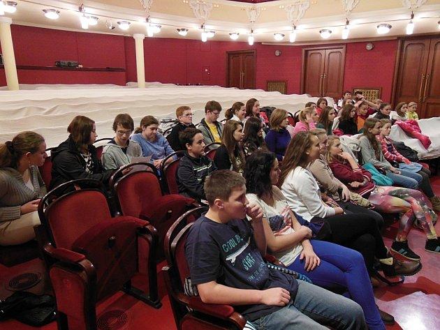 Zástupci Dětského parlamentu v pardubickém divadle