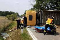 Havarovaný nákladní automobil leží přes oba pruhy silnici u Lhoty u Přelouče.