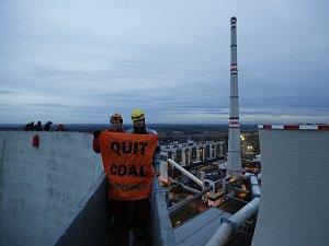 Aktivisté z hnutí Greenpeace vylezli v pondělí ráno na chladící věž chvaletické elektrárny.