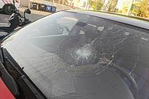 Pavučina prasklin se táhla přes polovinu čelního skla, přesto muž vyjel.