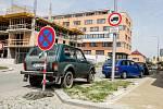 Řidiči na Višňovce využívají každý metr neplaceného parkování.