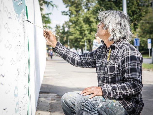 Bangladéšský malíř Rahul Amin Kajol s pomocníky přetváří zeď kolem bývalé továrny Prokop v umělecké dílo.