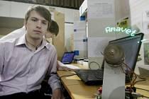 Lukáš Doležal zastupuje na výstavě Střední průmyslovou školu elektrotechnickou Pardubice. Představil zde rotační displej, který by mohl najít využití například v reklamním průmyslu.