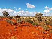 Země kontrastů - marsovská rudá, ostré slunce a čistě modrá obloha.