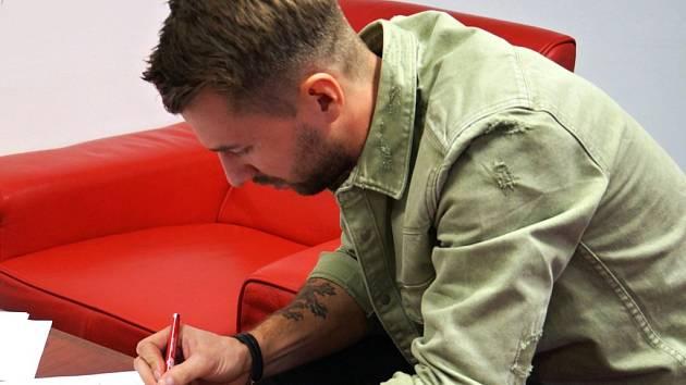 Hokejový brankář Pavel Kantor právě podepisuje smlouvu s Pardubicemi. V jednom týmu by se měl po čtyřech letech sejít s hradeckým kolegou Ondřejem Kacetlem.