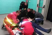 Záchrana muže přímo na chodbě ČEZ Areny. Zradilo jej srdce