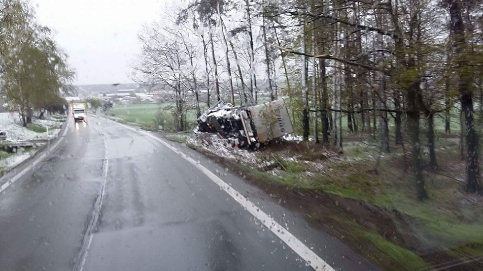 Kamion ležící v příkopu u silnice z Hradce Králové na Býšť jako pozůstatek havárie půl hodiny po páteční půlnoci.