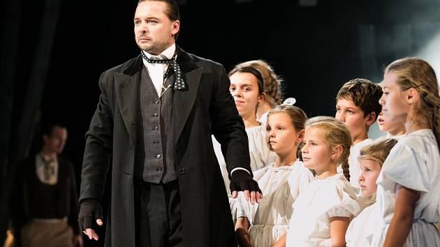 Tomáš Lněnička jako Jakub Jan Ryba v inscenaci Východočeského divadla Pardubice Hej, mistře!
