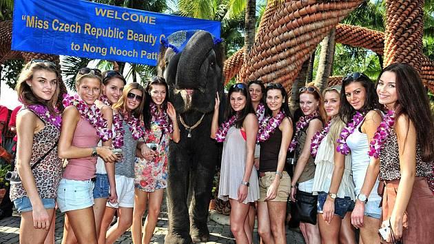 Finalistky České Miss 2012 v Thajsku (Linda Bartošová třetí z prava)