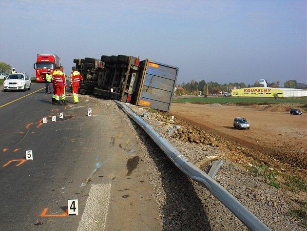 Převrácený kamion s řepou zablokoval jeden jízdní pruh