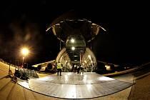 Nakládání mostních dílů do velkokapacitního letounu Ruslan na pardubickém letišti.