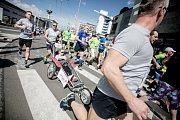 Speciální skupina běžců také běží s hendikepovanými dětmi.