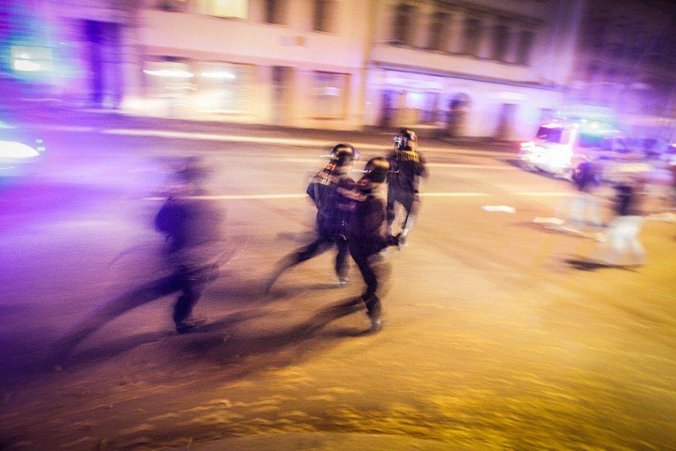 Pochod nizozemských fanoušků na stadion doprovázeli policejní těžkooděnci.