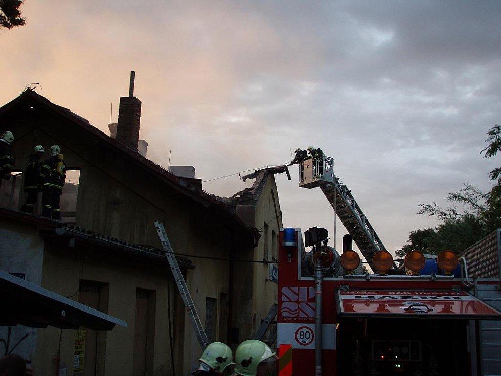 Budova choltického nádraží byla požárem zcela zničena. Objekt z roku 1881 tím byl odsouzen k demolici.