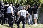 Dohled policejních těžkooděnců si vyžádal sobotní fotbalový duel mezi FK Pardubice a ligovým Hradcem Králové. Přípravné utkání se hrálo na pardubickém Ďolíčku. Bitva se ale konala ve městě.
