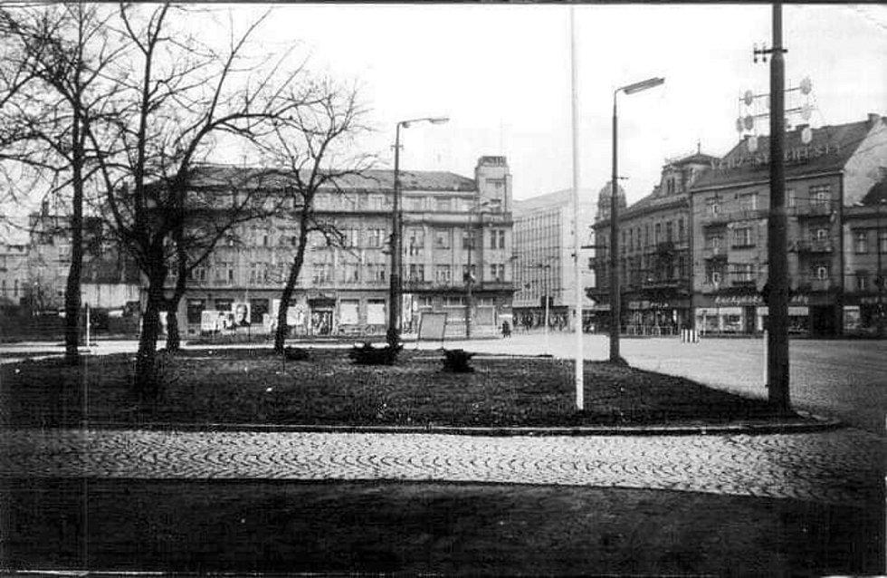 Před osmačtyřiceti lety byla zbourána jedna znejslavnějších budov vPardubicích. Na odstřelení hotelu Veselka se přišly v šest hodin ráno podívat davy lidí.