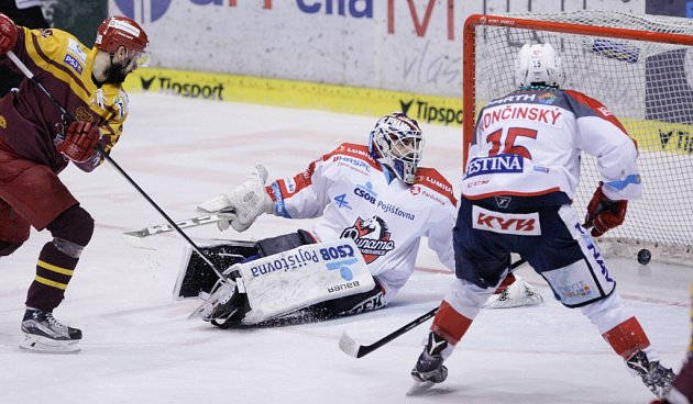Baráž o hokejovou extraligu Dynamo Pardubice - Dukla Jihlava.