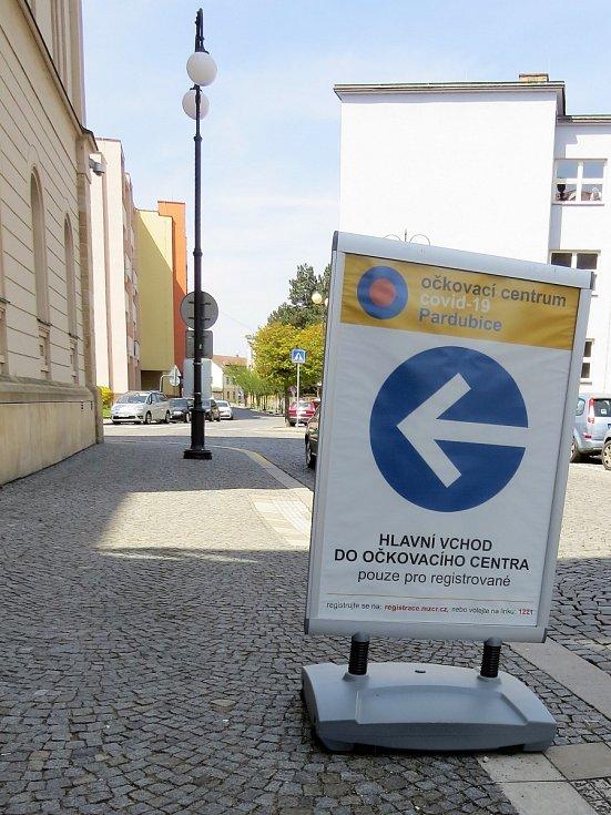 Očkovací centrum sídlí v bývalé reálce.