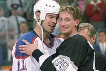 Nejslavnější sportovní číslo všech dob? Není pochyb, devadesát devět, poznávací znamení Wayna Gretzkyho. Na snímku se objímá s kamarádem Markem Messierem (vlevo).