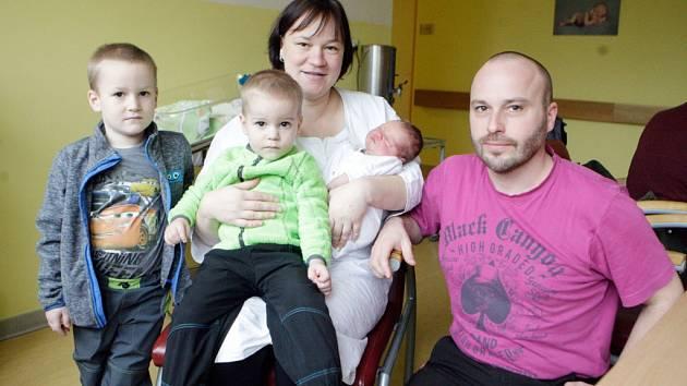 VÍTEK KAMENÍK se narodil 8. ledna ve 2 hodiny a 38 minut. Měřil 52 centimetrů a vážil 3620 gramů. Maminku Ivanu podpořil u porodu tatínek Jan. Doma v Pardubicích na nového sourozence čeká pětiletý Kryštof a tříletý Antonín.