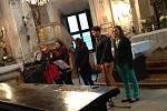 """Barokní kapli svatého Romedia rozezvučel zpěv pěti dívek a jednoho chlapce, kteří si pro návštěvníky muzejní noci na choltickém zámku připravili moderní repertoár. Dojetí všech bylo znatelné především při písni """"Pro mámu""""."""