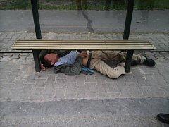 Opilý cizinec se zvládl zasoukat pod lavičku na zastávce.