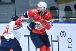 Hokejové utkání Memoriálu Zbyňka Kusého mezi HC Dynamo Pardubice (v červeném) a HC Slovan Bratislava (v bílém) v pardubické ČSOB Areně.