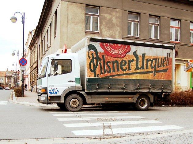 Parkování na přechodu může vyjít na místě až na dva tisíce korun