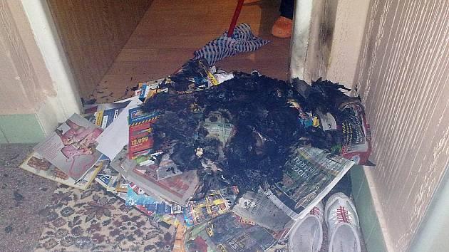 Žena zřejmě z pomsty navršila hromadu papíru před bytové dveře v osmnáctipatrovém domě a zapálila. Uvedla v tím nebezpečí stovky nájemníků.