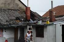 Ve Škoupově ulici v Lázních Bohdanči vzplálo při pokládání nové střešní krytiny seno