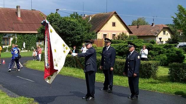 Turovští hasiči nastoupení s praporem svého sboru.