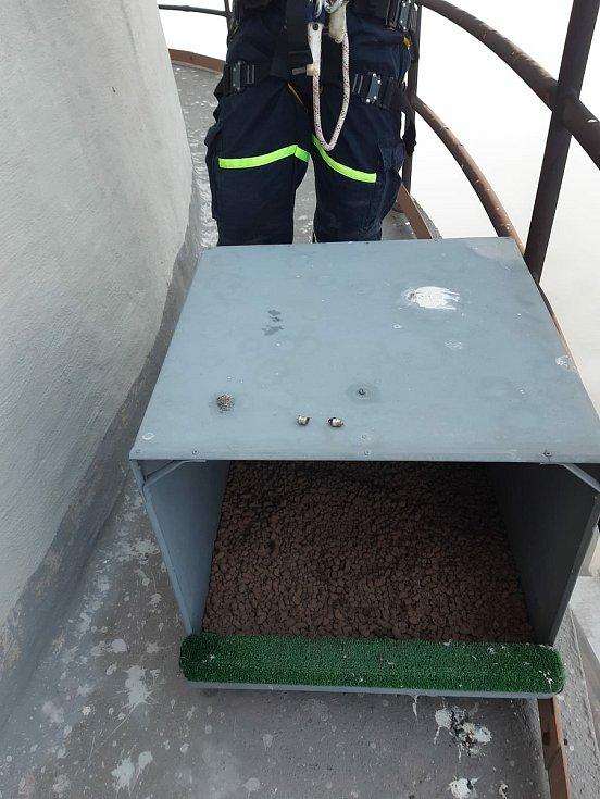 Sokoli mají na třísetmetrovém komínu Elektrárny Chvaletice připravené hnízdo. Těžké stelivo nahoru vytahali hasiči, kteří společně s ornitology čekají, zda jeden ze dvou párů, jenž na Pardubicku žijí, v budce zahnízdí. Foto: Elektrárna Chvaletice