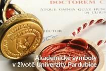 Univerzita Pardubice vydává unikátní publikaci o akademických symbolech.