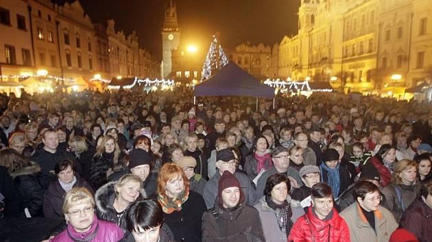 Česko zpívá koledy v Pardubicích na Pernštýnském náměstí