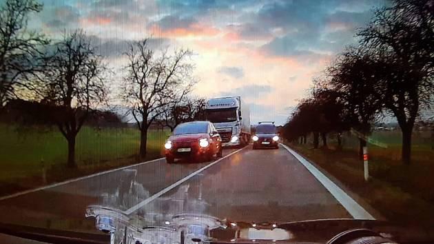 Poslední okamžiky před srážkou. Řidič hazardním předjížděcím manévrem takto sestřelilze silnice policejní passat.