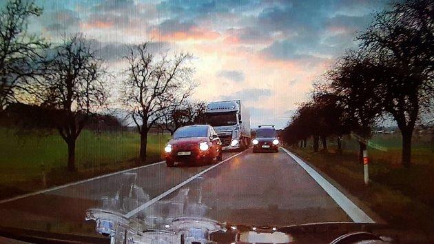 Řidič při předjíždění smetl policejní passat