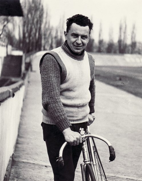 Václav Machek na archivních snímcích zdob své největší slávy, kdy aktivně závodil vcyklistice.