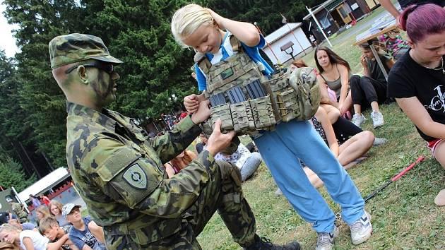 Za dětmi na tábor do Pomezí u Poličky vyrazili vojáci 141. zásobovacího praporu z Pardubic.