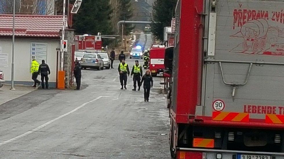 Situace v okolí Poličských strojíren ve 14:00. Na místě je velký počet záchranářů. Vrtulníky stále vozí raněné.