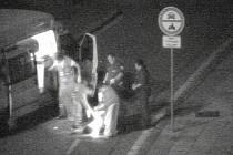SEBEVRAH V AKCI. Podivně se potácející osoba se objevuje na obrazovce kamerového systému, strážník zpozoruje, že mladík silně krvácí. Běží  k němu a poskytuje mu první pomoc. Na místo přijíždí záchranka, která muže odváží do nemocnice.