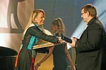 Alena Antalová přebírá cenu pro nejlepší ženský herecký výkon festivalu GRAND Festival smíchu 2016