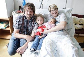 NIKOLA ŘÁDKOVÁ se narodila 14. května ve 13 hodin a 11 minut. Měřila 50 centimetrů a vážila 3410 gramů. Maminku Renatu podpořil u porodu tatínek Martin. Rodina bydlí v Bohumilči. Doma na nového sourozence čeká dvaapůlletá Karolína.